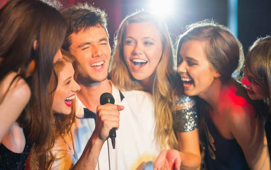 ragazzi cantano con Karaoke