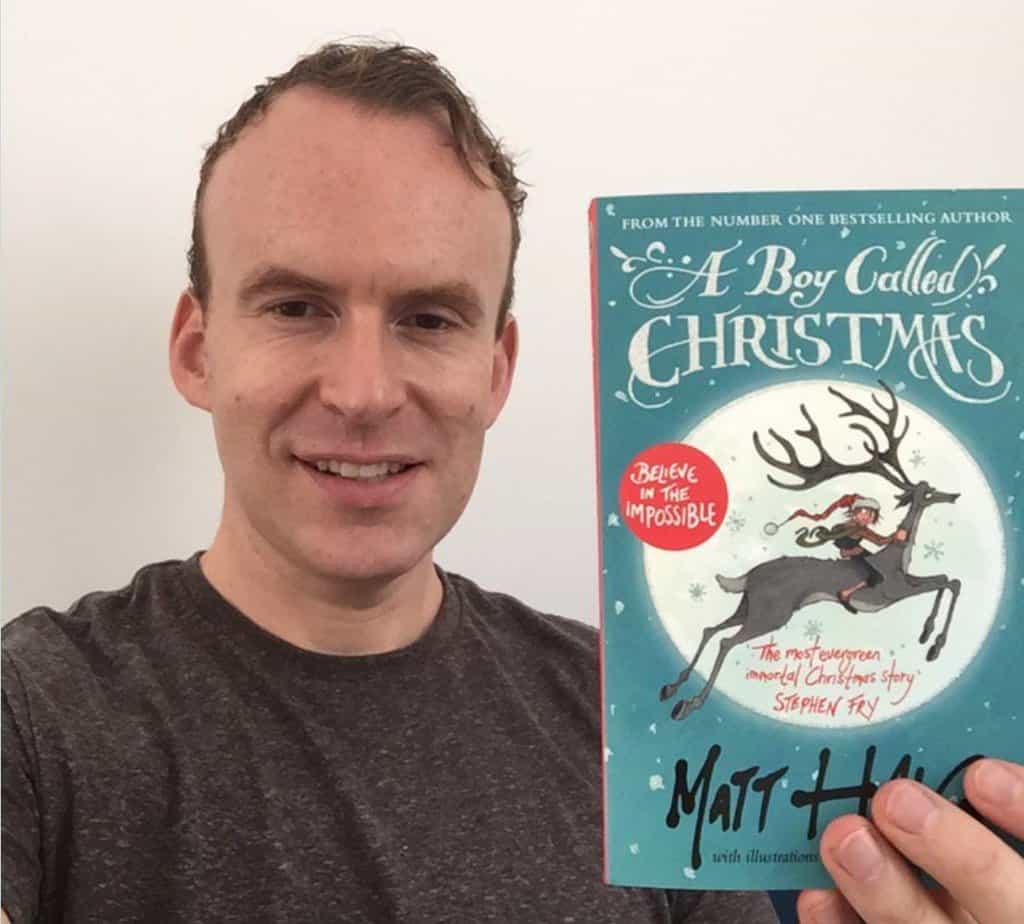 Matt Haig mostra il suo libro Un bambino chiamato Natale