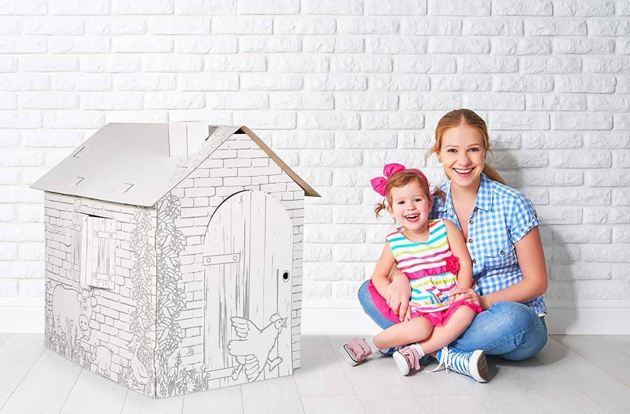 mamma e figlia vicino ad una casetta di cartone da colorare